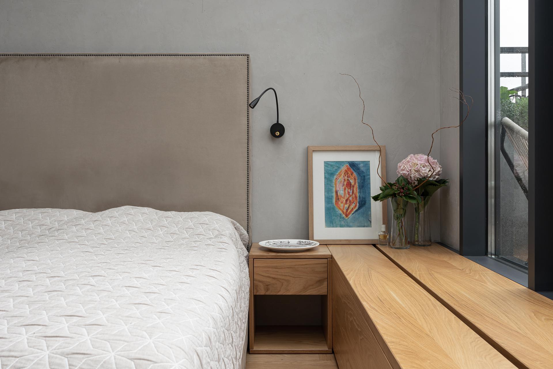 Спальня в квартире у Смольного по проекту бюро Haubaus